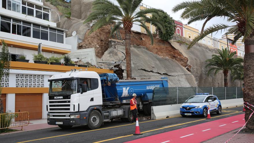 Reconstrucción del muro en Paseo de Chill, que cedió en la madrugada del pasado 11 de abril.