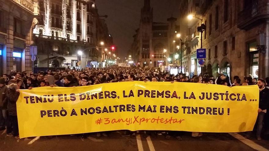 La manifestación en apoyo a los condenados por Aturem el Parlament en la Vía Laietana. / @Nitsuga000