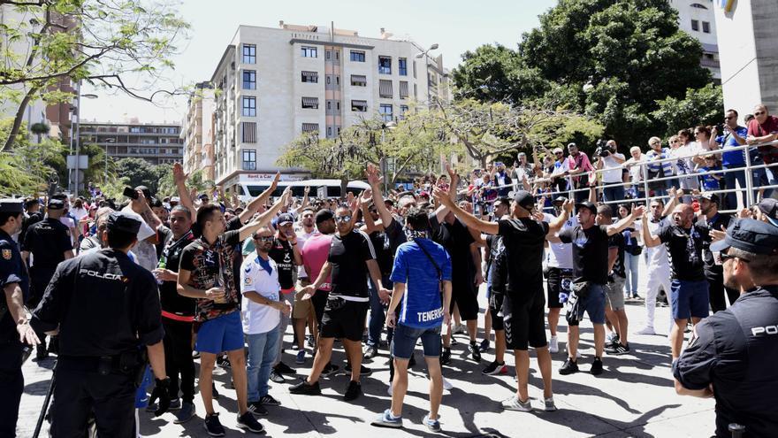 Unas 200 personas pidiendo que Miguel Concepción se marchase de la presidencia del CD Tenerife el pasado mayo a las puertas del Heliodoro
