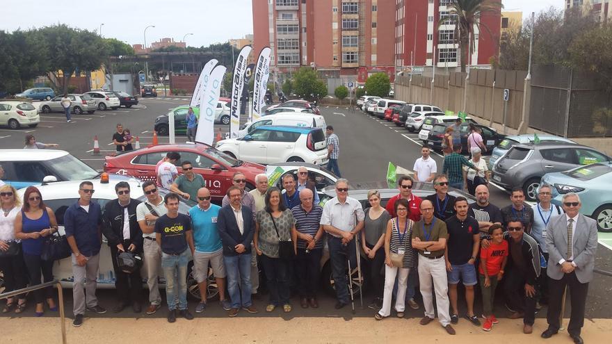 Participantes en la caravana de coches eléctricos.