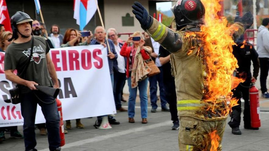 Un bombero se quema 'a lo bonzo' en la toma de posesión de Abel Caballero