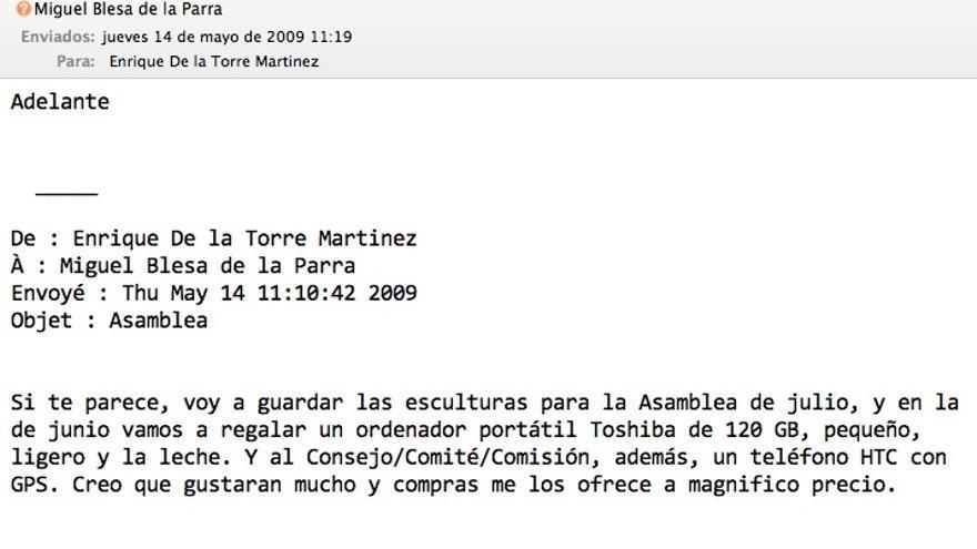 De la Torre informa de que Caja Madrid regalará un ordenador portátil a los miembros de la Asamblea