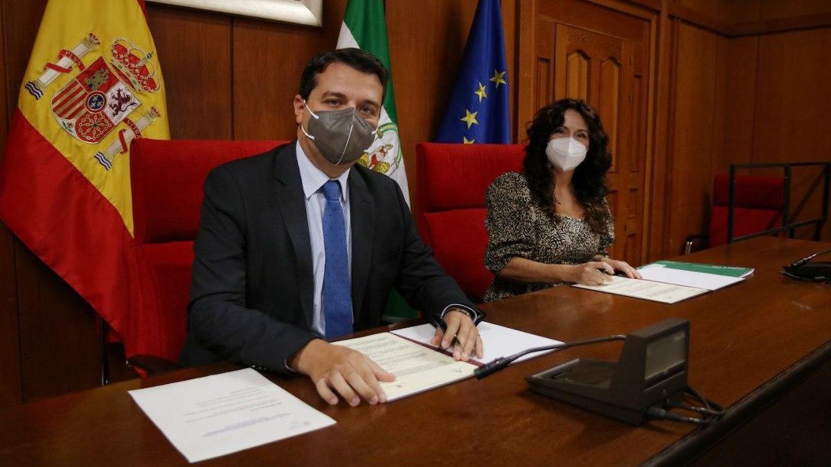 El alcalde y la consejera de Igualdad, en la firma del convenio en Córdoba.
