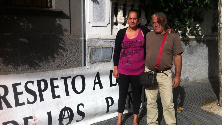 Carolina Holluy, en huelga de hambre desde hace cinco días, arropada por Armando Suárez, portavoz de la Asamblea de parados en Gran Canaria.