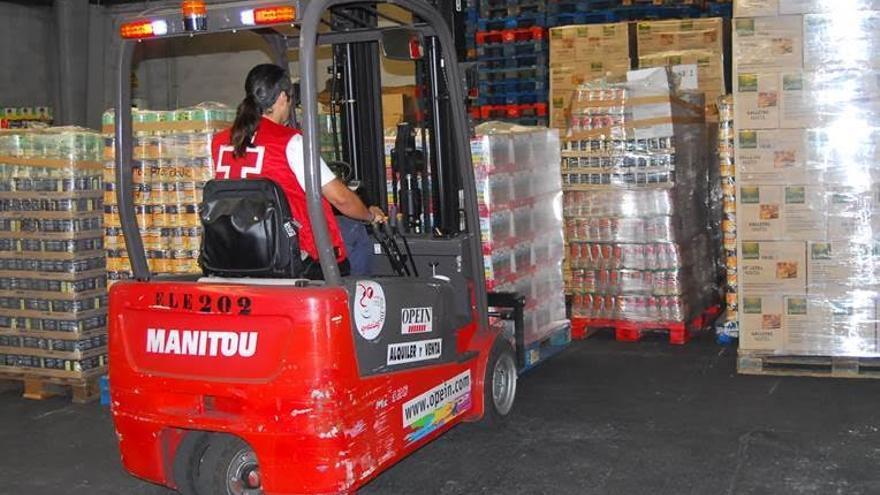 En la imagen de archivo, personal de Cruz Roja prepara la distribución de los alimentos del Programa 2015 de Ayuda Alimentaria a las personas más desfavorecidas. Foto: Cruz Roja/Luis Camejo.