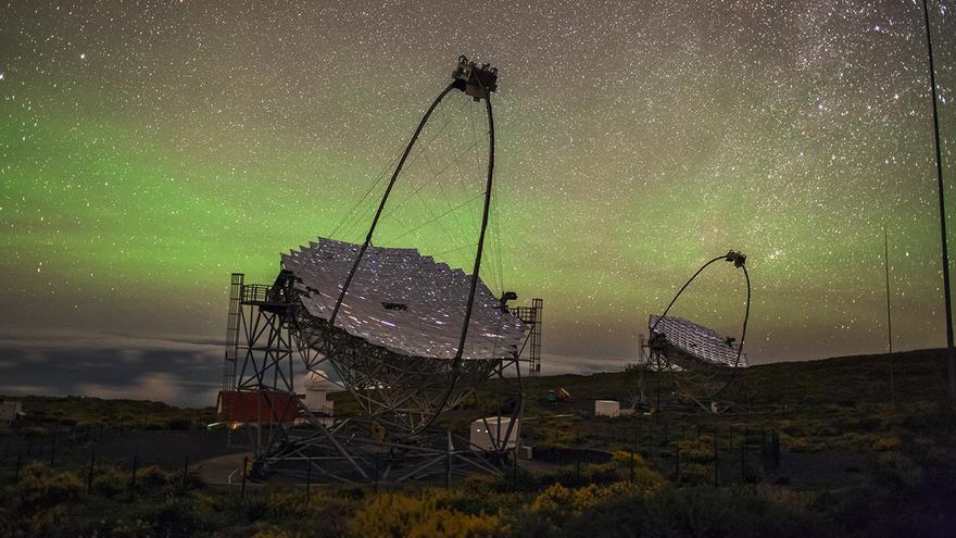 Los telescopios MAGIC (Major Atmospheric Gamma-ray Imaging Cherenkov) en el Observatorio del Roque de los Muchachos (ORM), en la isla de La Palma. Créditos: Daniel López/IAC.