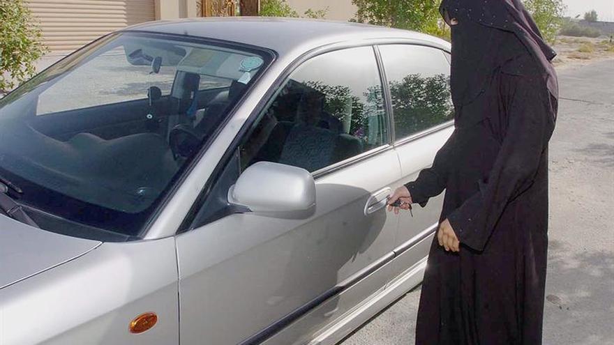 El rey de Arabia Saudí ordena que las mujeres puedan obtener el permiso de conducir