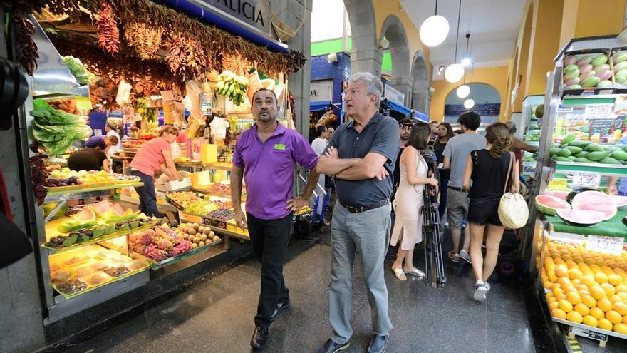 El concejal de Empleo y Turismo de la administración municipal capitalina, Pedro Quevedo, junto al presidente de la sociedad gestora del Mercado de Vegueta, Manuel Quintana.