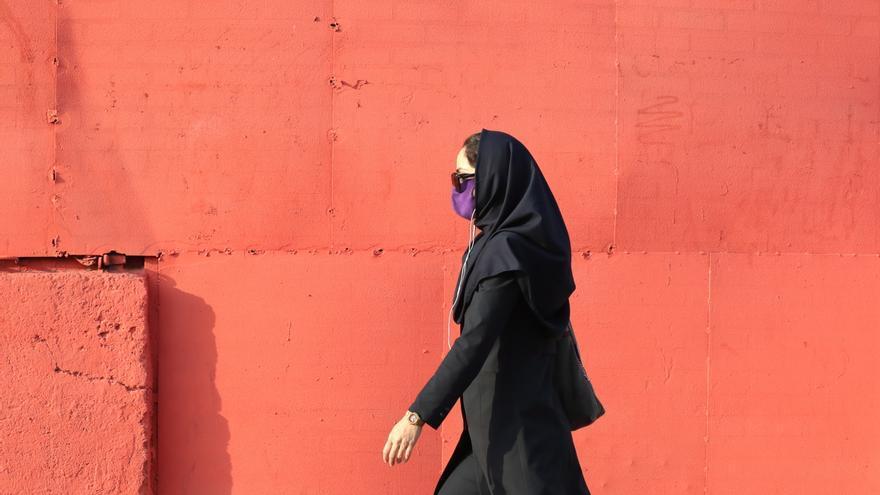 Irán registra máximo diario de decesos y supera el medio millón de contagios