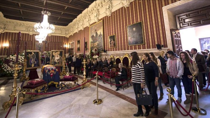 Capilla ardiente de la duquesa de Alba en el Salón Colón del Ayuntamiento de Sevilla. / Efe