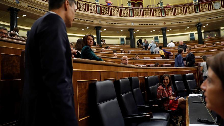 El presidente del Gobierno, Pedro Sánchez, ante la ministra de Defensa, Margarita Robles, en el Congreso.