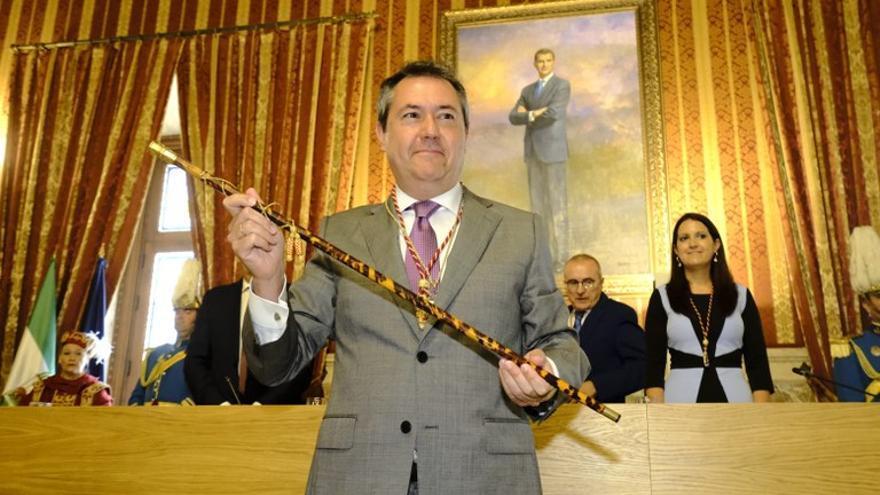Espadas sostiene el bastón de mando municipal tras su segunda toma de posesión como alcalde en 2019.