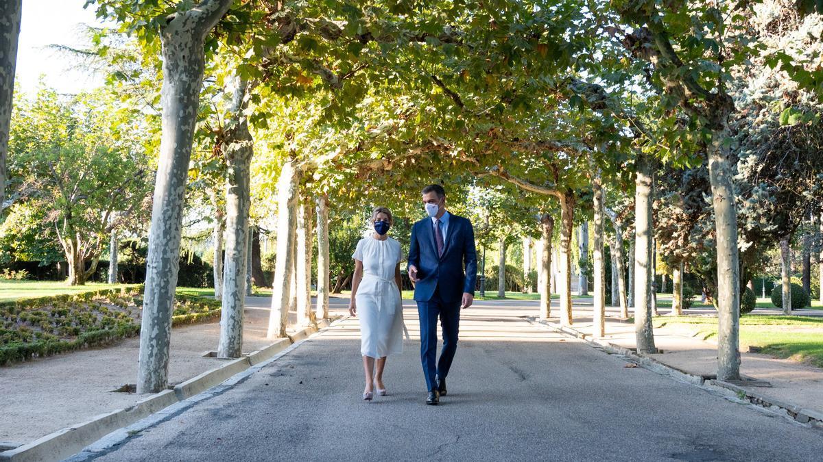 Pedro Sánchez y Yolanda Díaz pasean por Moncloa antes del Consejo de Ministros extraordinario del jueves.