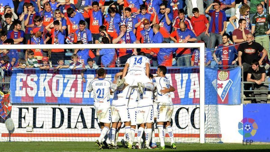 El Tenerife celebra uno de los goles ante el Éibar.