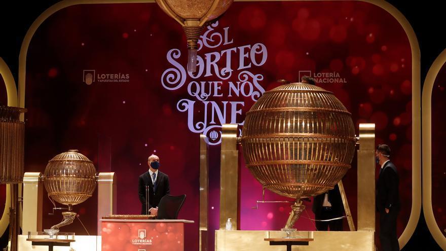 Soledad a las puertas del Teatro Real: Solo un cura y un bombo