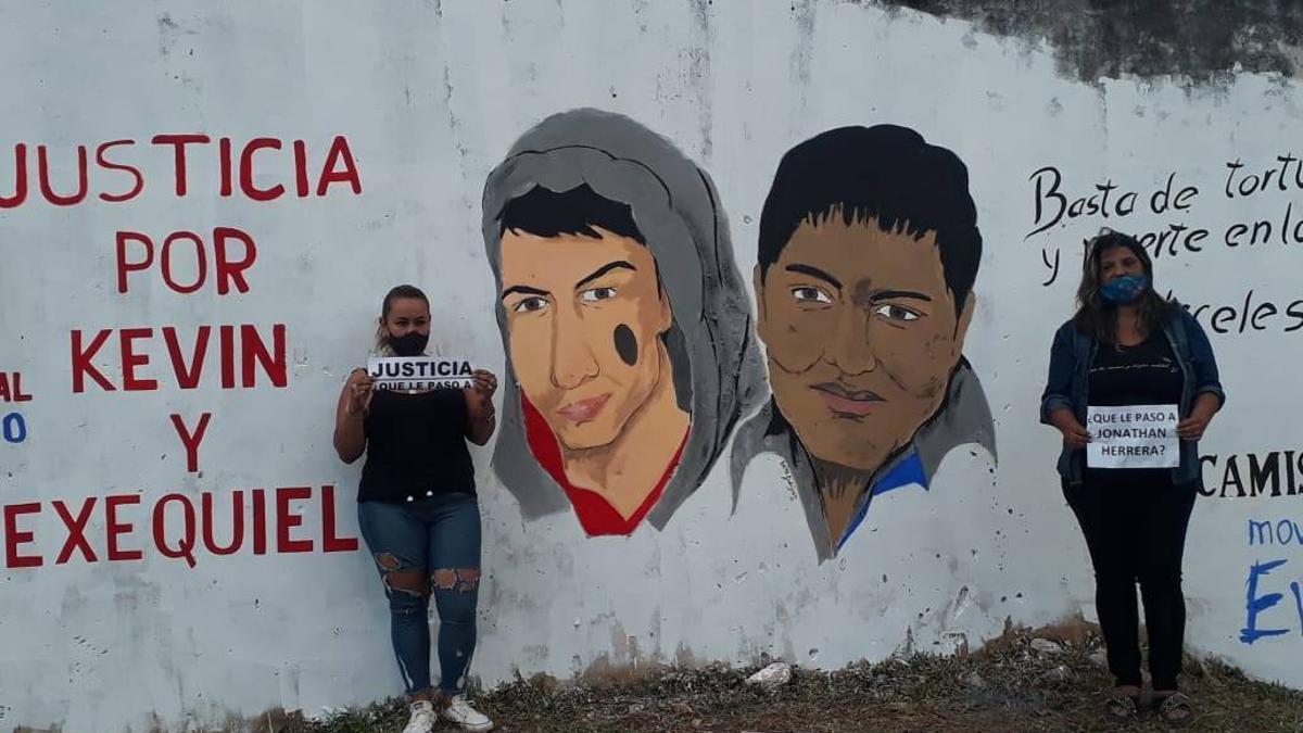 En un mural en el barrio Laguna Seca de Corrientes piden Justicia por Exequiel García y Kevin Candia
