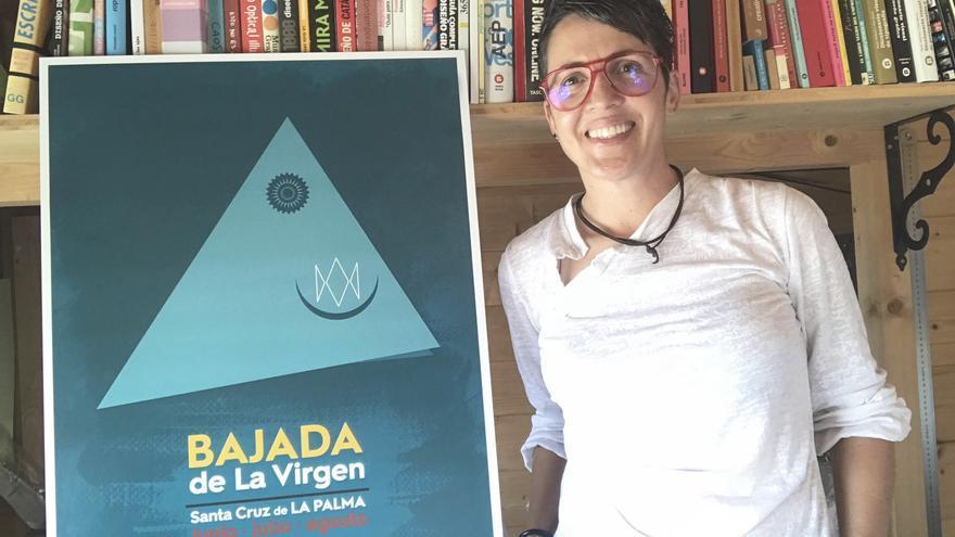 Aroa González Martín junto a su cartel para La Bajada de 2020.