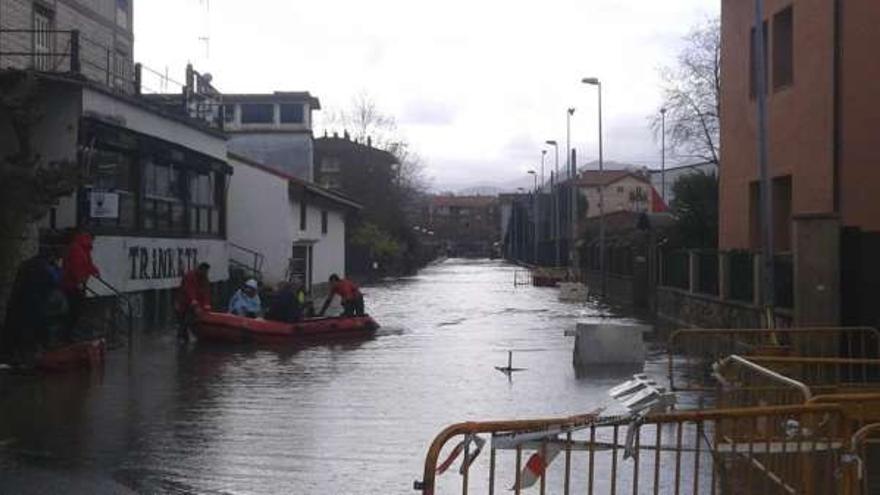 Vecinos de Martutene son desalojados por la Cruz Roja en las pasadas inundaciones. Foto: Ayuntamiento de Donostia.