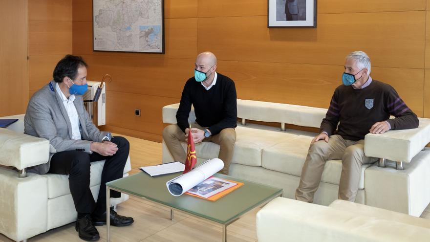 El consejero de Obras Públicas, Ordenación del Territorio y Urbanismo, José Luis Gochicoa, se reúne con el alcalde de Puente Viesgo, Oscar Villegas