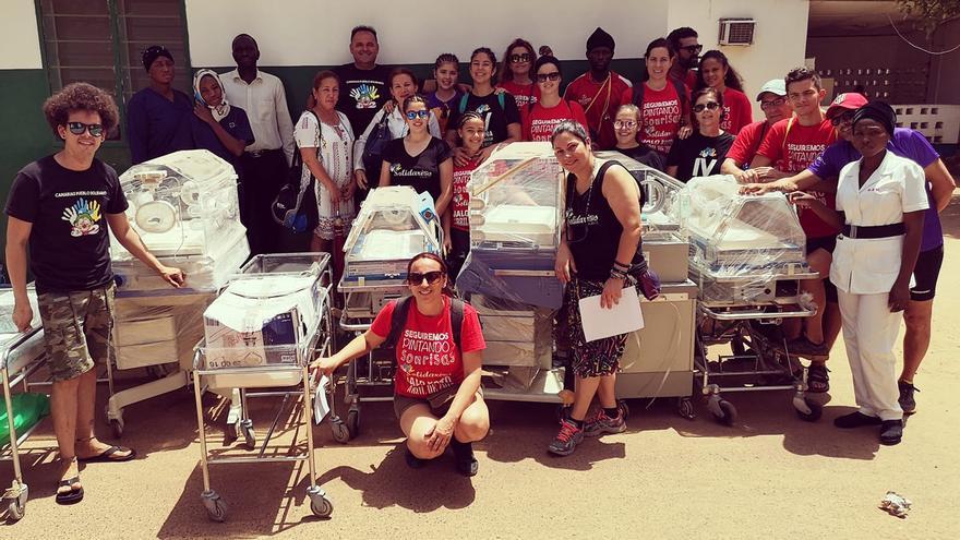 El equipo de la ONG Solidarios Canarios dona cunas al hospital de Banjul, Gambia.