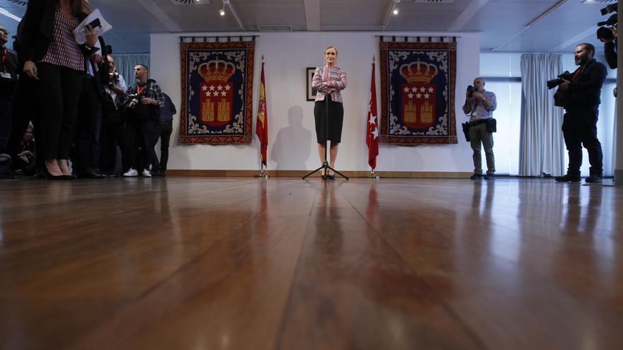 La presidenta madrileña, Cristina Cifuentes, en la rueda de prensa tras el pleno extraordinario por su máster, el 4 de abril de 2018.