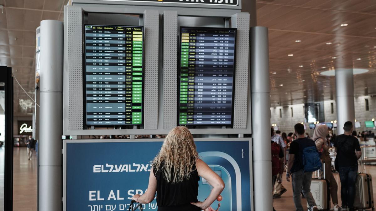 Una viajera revisa la información de los vuelos en el aeropuerto de Tel Aviv.