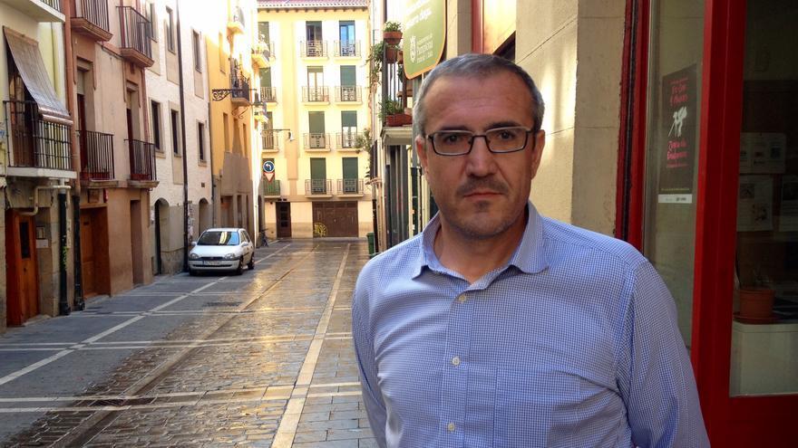 Mikel Berraondo, junto a la sede de IPES en la calle Tejería de Pamplona.
