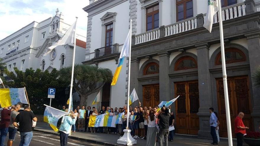 Concejales y ciudadanos de Santa Cruz de Tenerife izan la bandera de las siete estrellas verdes