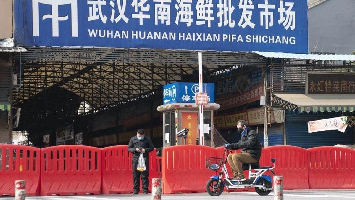 Entrada del mercado de mariscos Huanan, en Wuhan, lugar donde se detectó por primera vez el coronavirus.