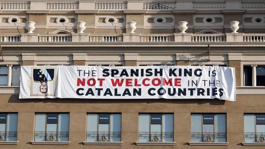 Un pancarta contra la participación de Felipe VI en el homenaje a los atentados del 17A