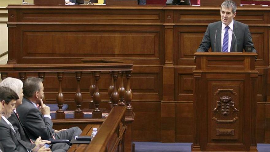 El candidato a la Presidencia del Gobierno de CC Fernando Clavijo, durante la lectura de su programa de investidura en la sesión plenaria del Parlamento regional. (EFE/Cristóbal García).