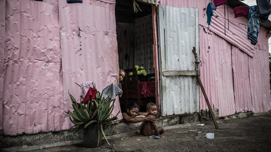 Alfa 5 es un albergue temporal construido sobre unos barracones y con casas de madera, zinc y plásticos, hoy acoge a decenas de familias que huyeron de la devastación de las tormentas tropicales que afectan regularmente al país.