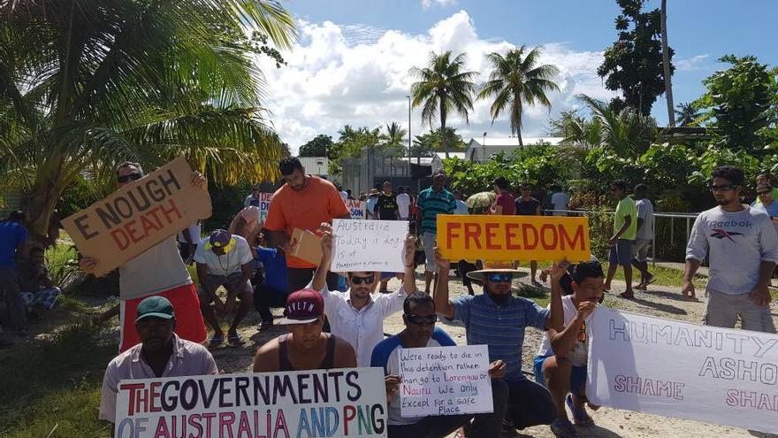 Refugiados del centro de Manus durante una protesta.