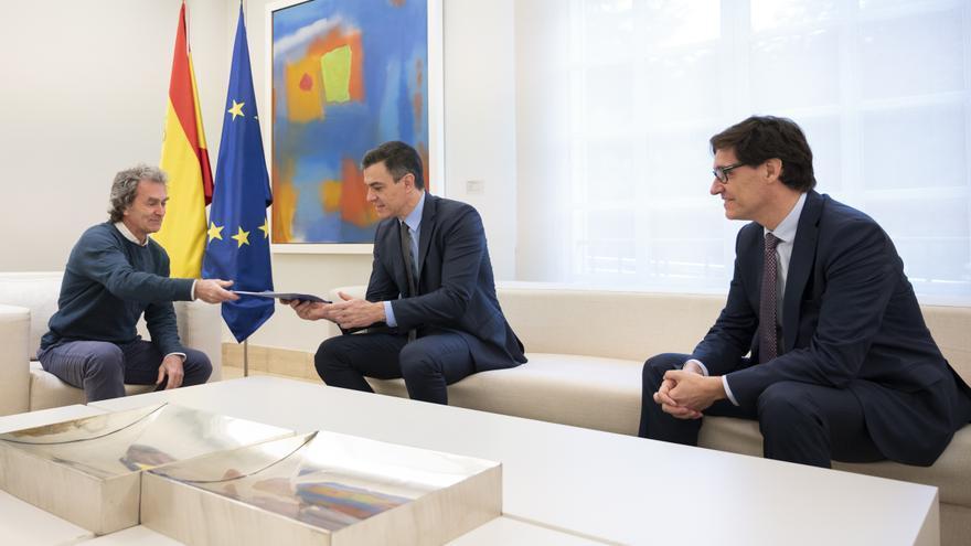 """Salvador Illa y Fernando Simón entregan a Pedro Sánchez un informe sobre la """"estrategia de transición"""" antes de la reunión con las CCAA, en Madrid (España) a 26 de abril de 2020"""