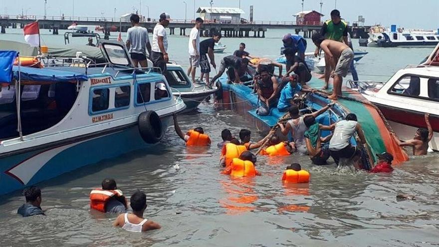 Al menos 10 muertos al naufragar una lancha con 48 personas en Indonesia