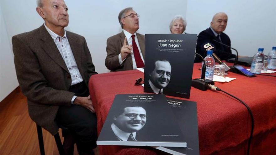 En el centro, el presidente de la fundación, José Medina, y, a su izquierda, la presidenta de honor, Carmen Negrín, durante un acto de la entidad en la que presentaron un libro sobre la figura de Juan Negrín.