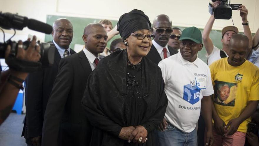 Winnie Madikizela-Mandela (c), exesposa del fallecido presidente sudafricano Nelson Mandela, se dispone a votar en un colegio electoral en Soweto, Sudáfrica. EFE/Archivo