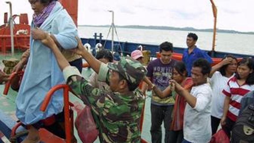 Las autoridades estiman que 21 personas han muerto en el naufragio del ferry en Sumatra