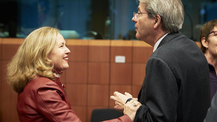 La vicepresidente económica española, Nadia Calviño, y el comisario de Finanzas europeo, Paolo Gentiloni.