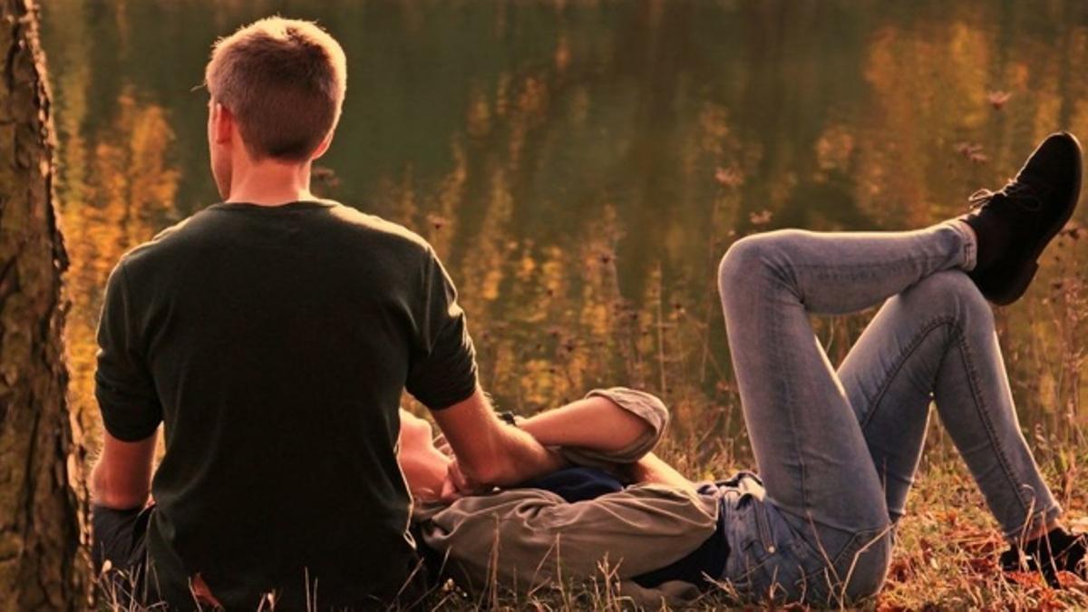 Una pareja en el campo