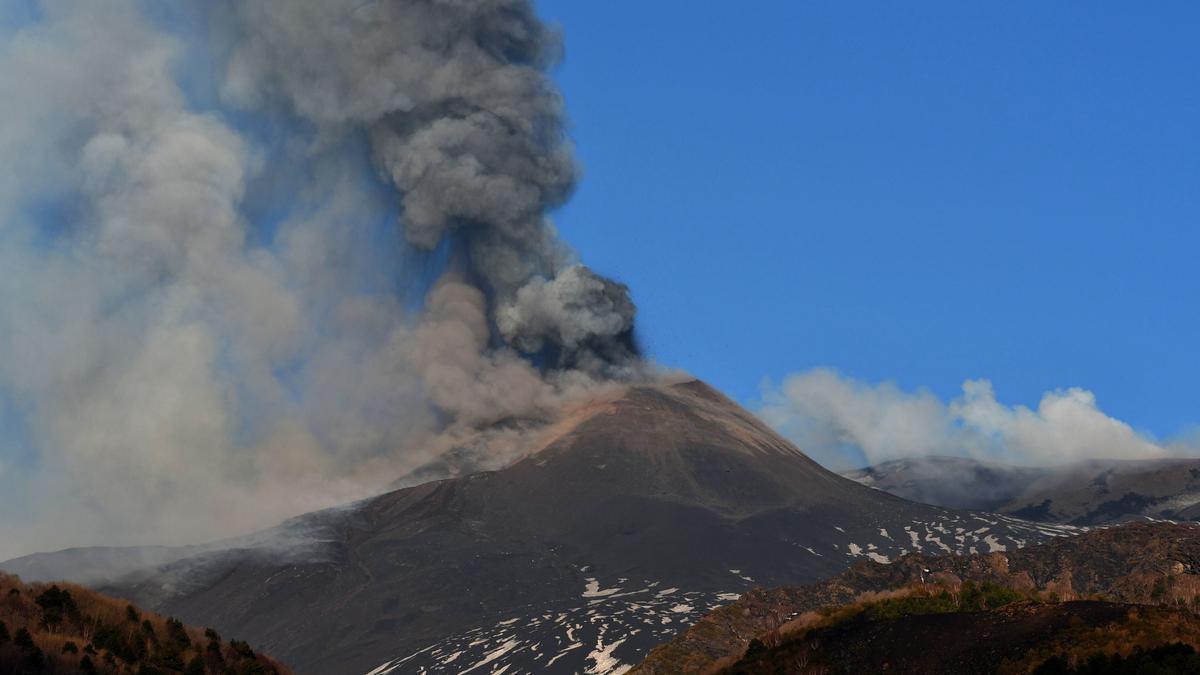 Imagen de archivo de la erupción del Etna en abril de 2021. EFE/EPA/Orietta Scardino
