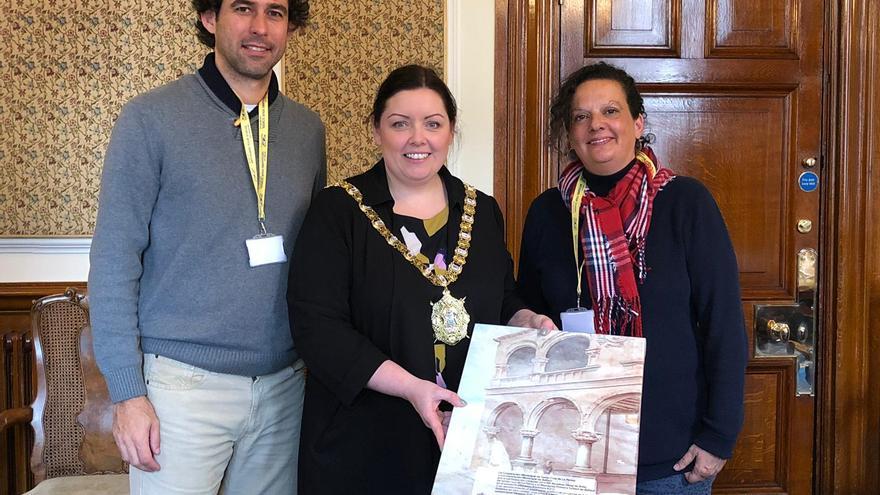 Los docentes con la alcaldesa de Belfast.