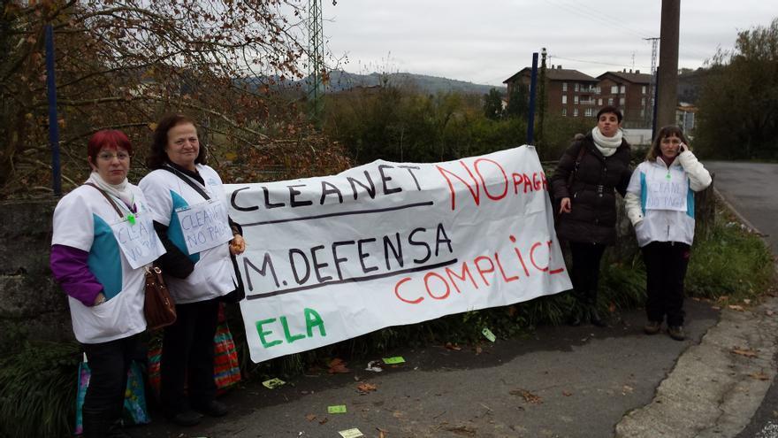 Trabajadoras de limpieza de las instalaciones militares de Gipuzkoa se concentran frente a la Residencia Militar de San Sebastián.
