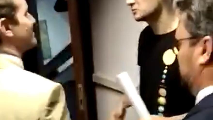 Alumnos de la ULL entregan a Pablo Casado el título de un master falso.