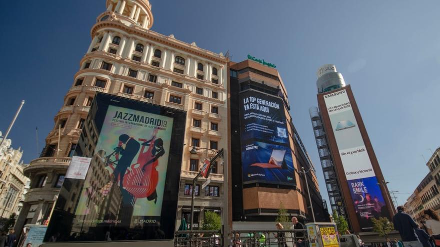 Mupi digital y varias pantallas gigantes de publicidad en la Plaza de Callao, en el centro de Madrid.