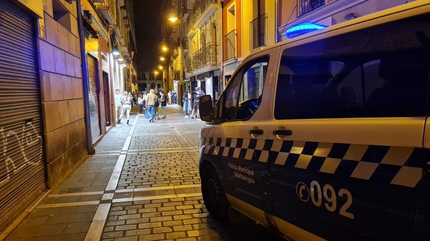 Coche patrulla de la Policía Municipal de Pamplona en el Casco Antiguo de Pamplona