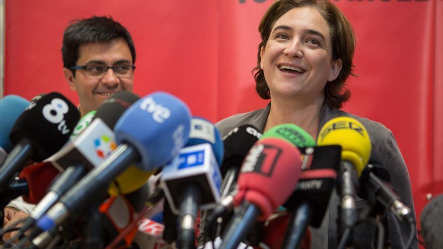 Ada Colau habla en la prensa al lado de Gerardo Pisarello. / Enric Català