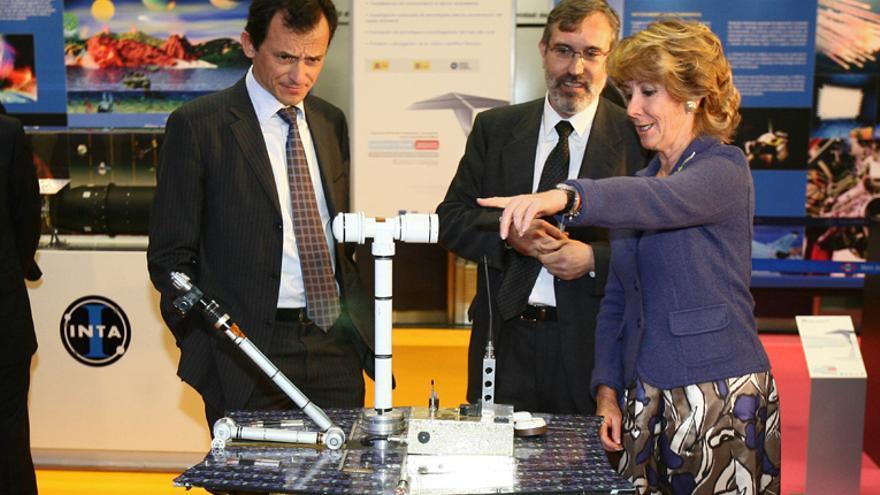 Esperanza Aguirre con Pedro Duque en la inauguración de una exposición en 2009. / Madrid.org