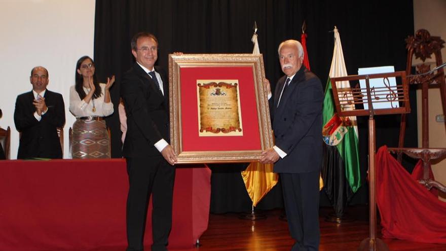 Sergio Rodríguez entrega el reconocimiento a Santiago González.