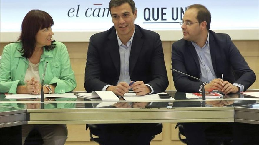 Pedro Sánchez junto al números dos del PSOE, César Luena, y la presidenta del partido, Micaela Navarro